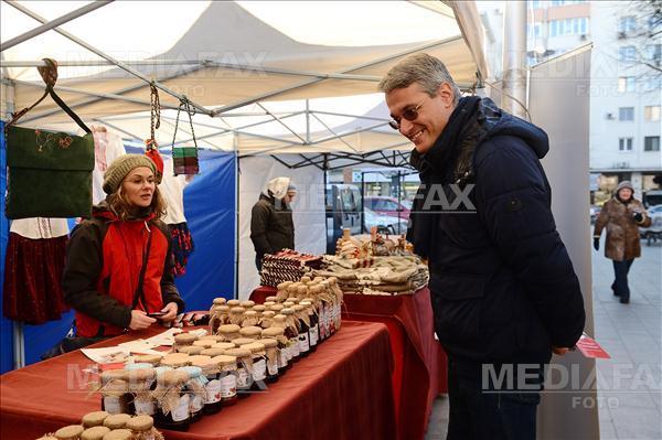 """Ministrul Muncii, Dragos Paslaru, viziteaza """"Targului unitatilor protejate"""", deschis in Piata Amzei din Bucuresti, cu ocazia Zilei Internationale a Persoanelor cu Dizabilitati, sambata 3 decembrie 2016. MIHAI DASCALESCU / MEDIAFAX FOTO"""